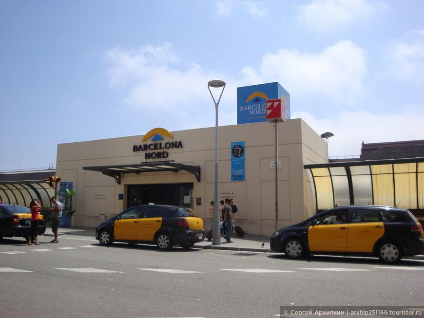 Вход в автовокзал не с фасада ,а с северного торца ( на фото)
