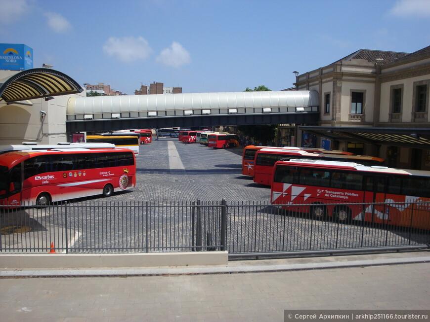 Проходим по галерее в здание Северного авто вокзала, а под ней будут автобусы, откуда они отходят в другие города и страны