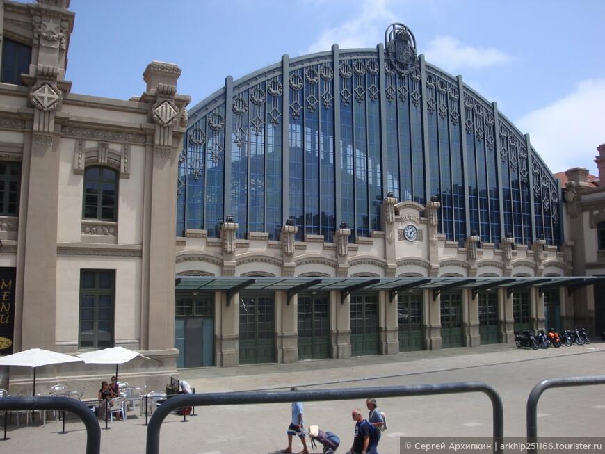 Слева от Арки в 200 метрах будет находиться Северный автовокзал Барселоны (
