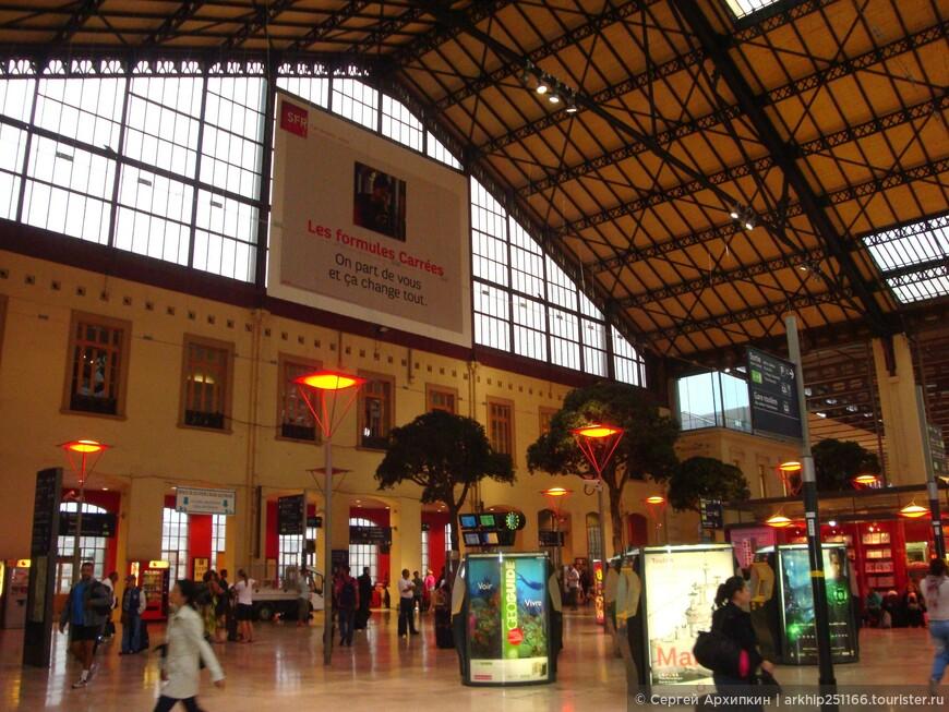 Железнодорожный вокзал Марселя находиться почти в центре города,недалеко от моря,что очень удобно