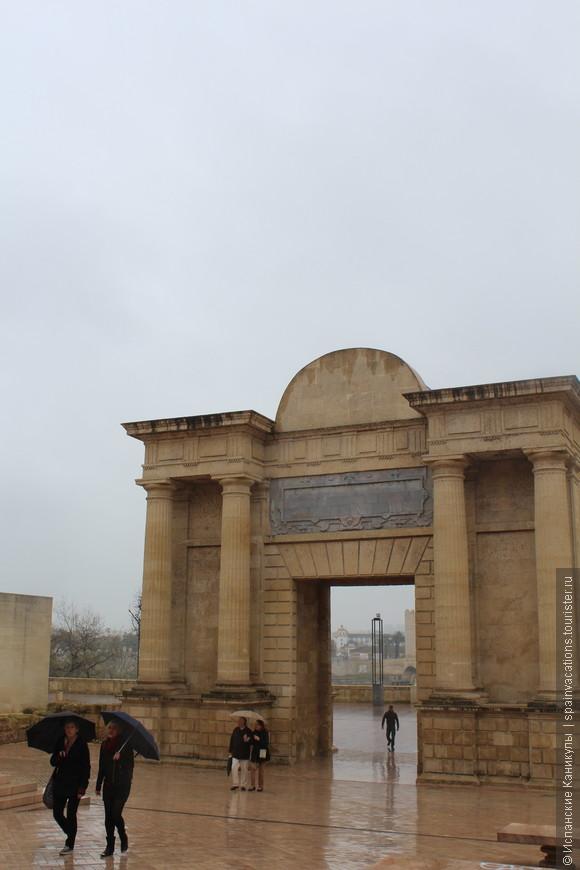 В башне Римского моста (его строили при императоре Августе) есть Музей трех культур. В музее нет аудио-гида на русском. Но и так все понятно! :)