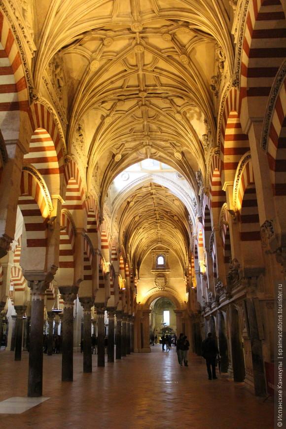 В Кафедральном соборе можно ходить очень долго, разглядывая детали. Ведь даже многочисленные колонны здесь не одинаковые! Отличаются по размеру, цвету, лепнине...