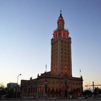 Башня Свободы -  Freedom Tower, названная так в честь кубинских эмигрантов.