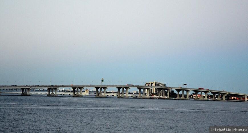 Мост MacArthur Causeway , соединяющий Даунтаун Майами и Майами-Бич