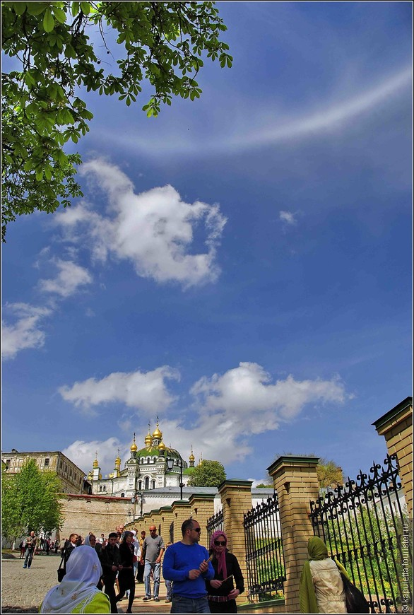 В небе над  Лаврой было чудо - зависали то радуга в полдень, то кольцо, потом два...