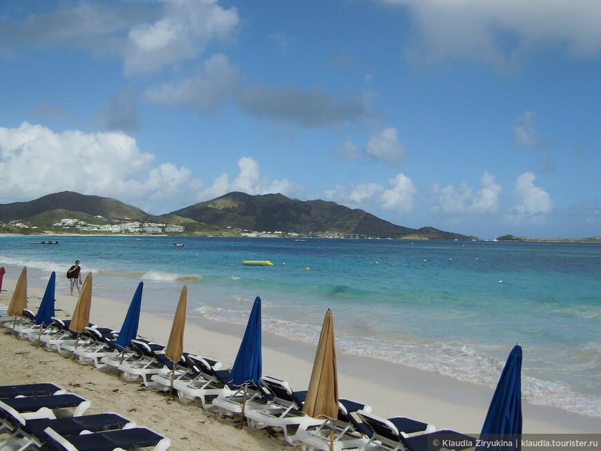 Пляж прекрасный -- просеянный песочек, бирюзовая вода.
