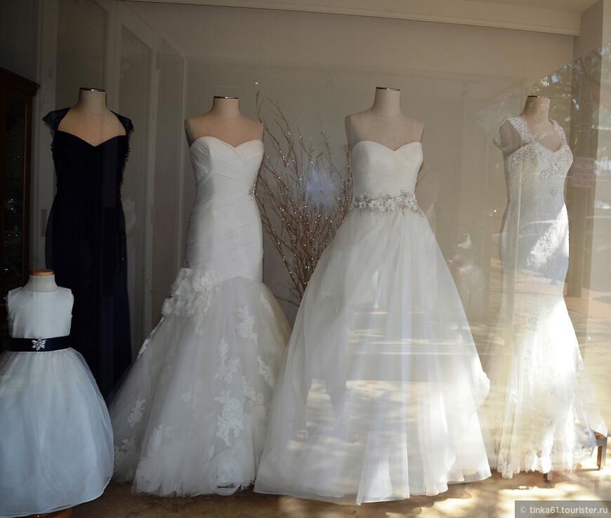 Очень много магазинов для невест.