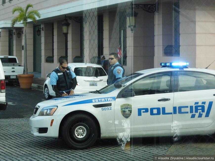 Местные стражи порядка выписывают штраф неправильно припарковавшемуся таксисту.