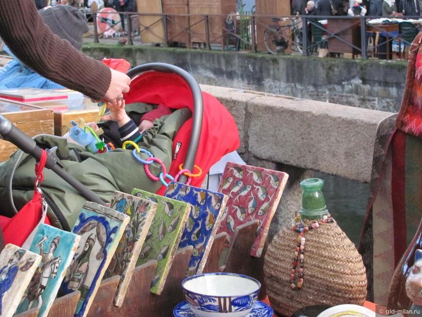 Этот кроха пока ещё только радуется солнышку и ласковым маминым рукам. А вот для детей постарше прогулка по рынку может стать и развлечением, и нескучным введением в художественный мир.