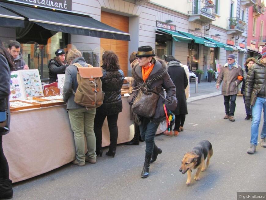 Среди керамического, бронзового и пластикового зверья гордо шествует главный друг человека. Собаки здесь везде, и ведут они себя очень воспитано.