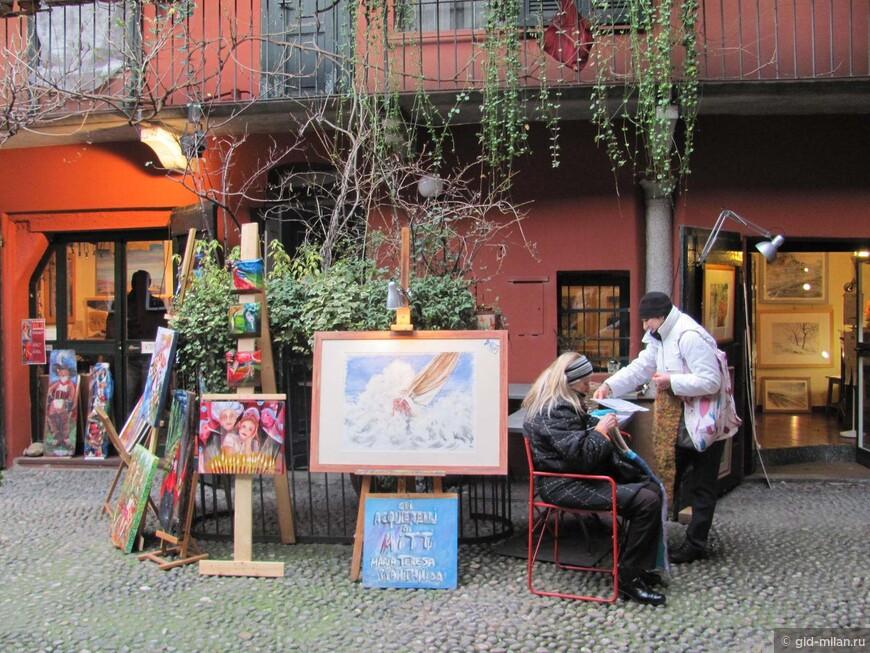 Внутренний дворик с лавками художников и прочего креативного люда.