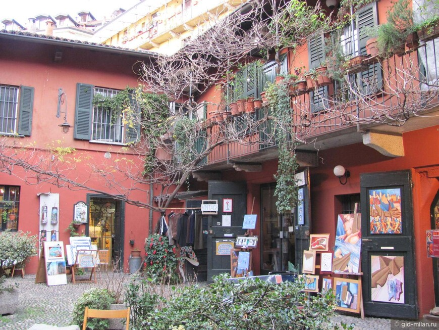 Этой симпатичной картинке  не хватает двух моих любимых деталей. Пока не цветёт старая глициния, и куда-то по важным делам отлучились два толстых местных кота. Будете в Милане- загляните в этот дворик. Возможно, всё совпадёт.