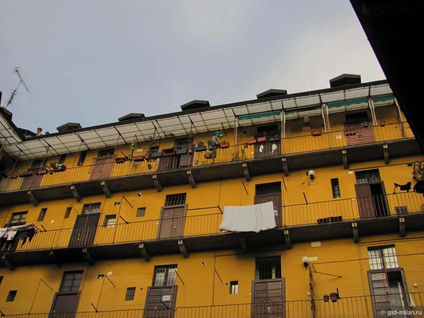 Так выглядел старый пролетарский Милан. Это дома террасного типа, где каждое обиталище выходило на общую террасу, а туалет был общим в конце террасы. В общем, местный вариант комуналки.