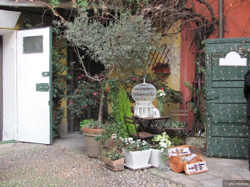 Но старые комуналки уже в пошлом. Теперь эти дворики населяют художники и хозяева модных лавочек.