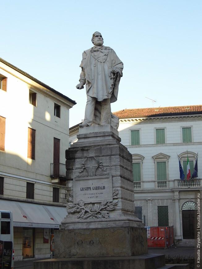 Столь же непременный памятник Гарибальди.
