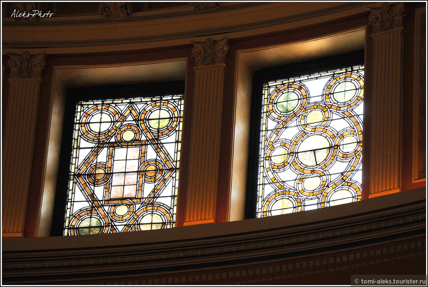 Витражи выполнены в духе итальянской мозаики. В отличие от католических соборов, здесь вы не увидите скульптурных библейских изображений. Оформление церкви предельно сдержанное и строгое. Доминирует красный цвет дерева...