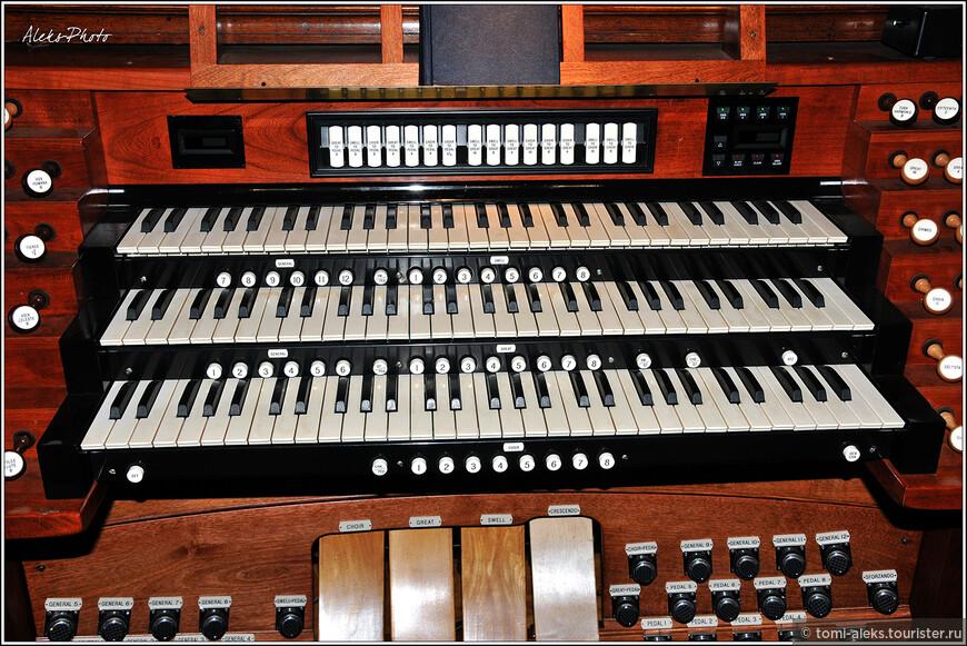 Клавиатура органа. Во многих старинных методистских церквях Штатов до сих пор действуют органы. Вообще, орган всегда вызывал во мне восторг и удивление, ведь на нем играют не только руками, но и ногами...