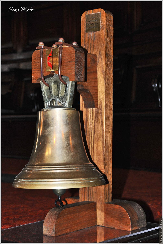 Старинный колокол. Многим предметам в церкви — уже более 250 лет. Люблю такие места, где все пропахло историей. Причем, мне не важно, к какой деноминации относится храм - я всегда отношусь к таким местам с благоговением..., Небо вместо потолка (США, Балтимор)