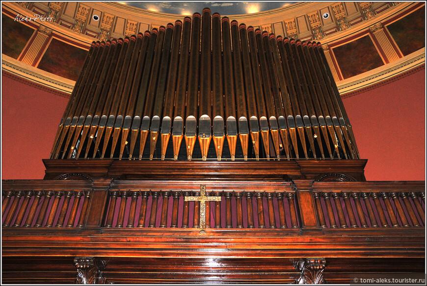 Многочисленные трубы усиливают звук. Я слушал игру органа в разных городах, и всегда этот инструмент завораживает своим звучанием. В этой церкви есть еще маленький орган в небольшом зале...