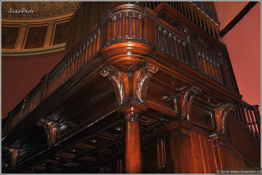 Алтарь, на котором расположен орган выполнен из дерева и напоминает гигантский корабль. Наверху — как на мостике — площадка для хора...