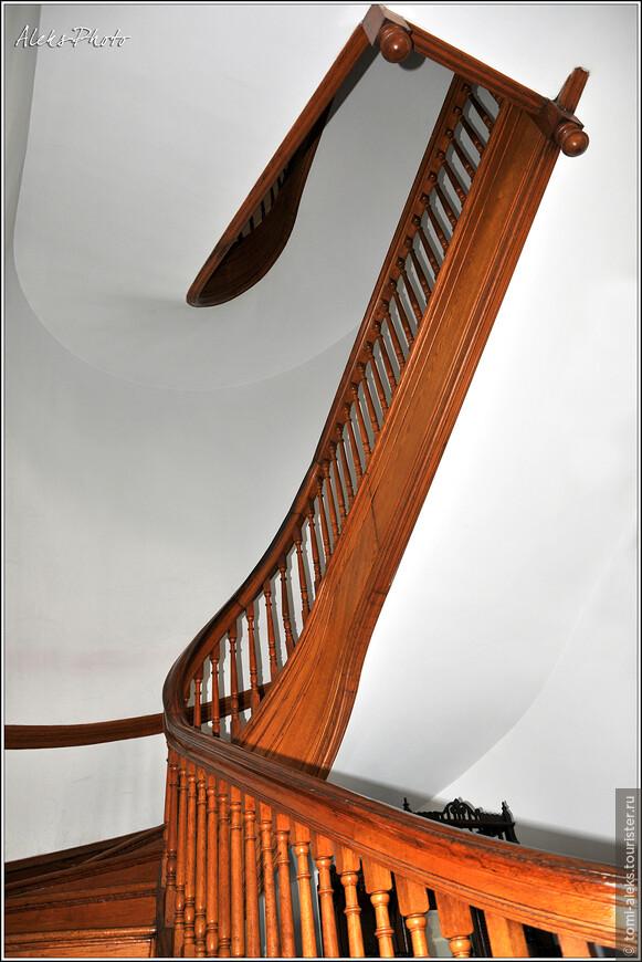 Такая вот причудливая лестница. В церкви есть свой музей, в котором собраны уникальные артефакты методизма — одной из деноминаций современной Америки...