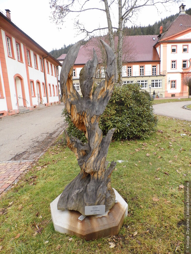 Каждый год во дворе монастыря проходит международная выставка современной скульптуры.