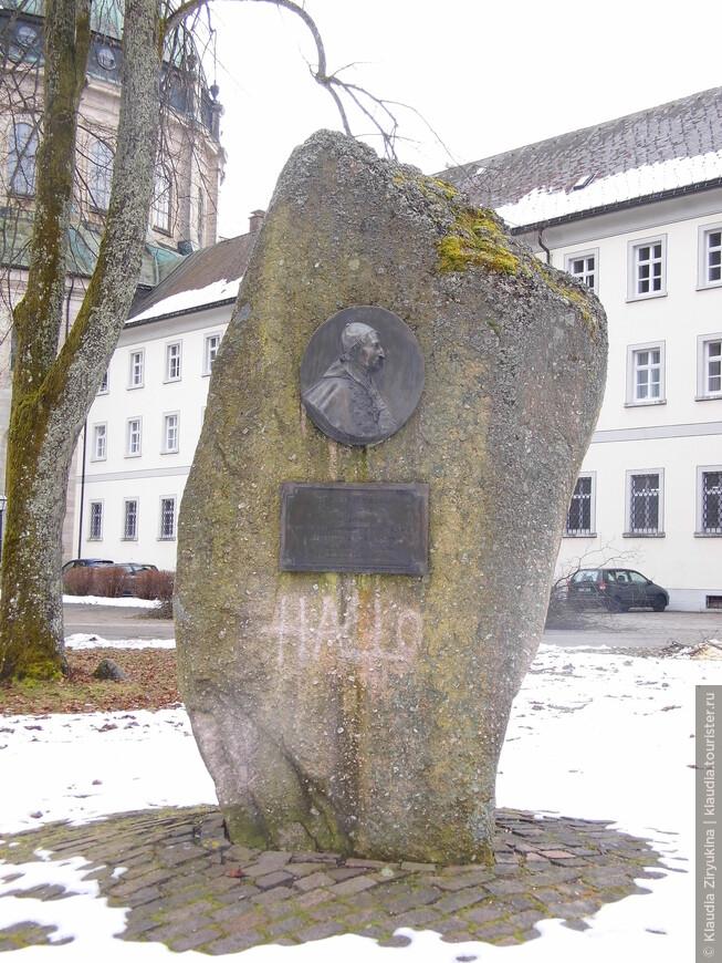 Аббат, заказавший Собор для монастыря.