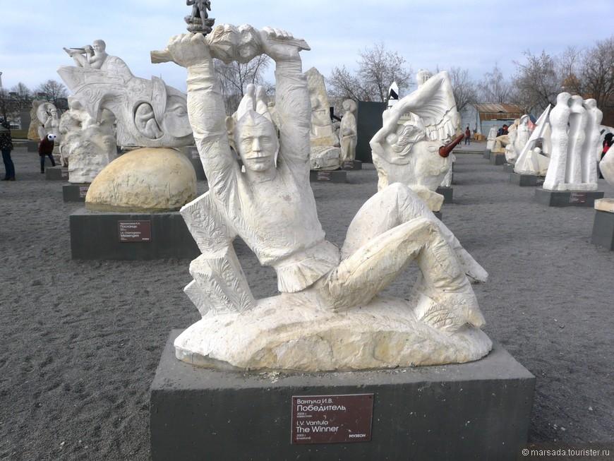 Зал белокаменной скульптуры. На площадке собрано более 80 работ, созданных в период с 2000 по 2011 год, такая своеобразная выставка современной скульптуры.