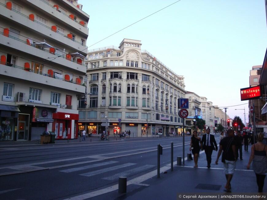 Одна из главных улиц - авеню Медичи