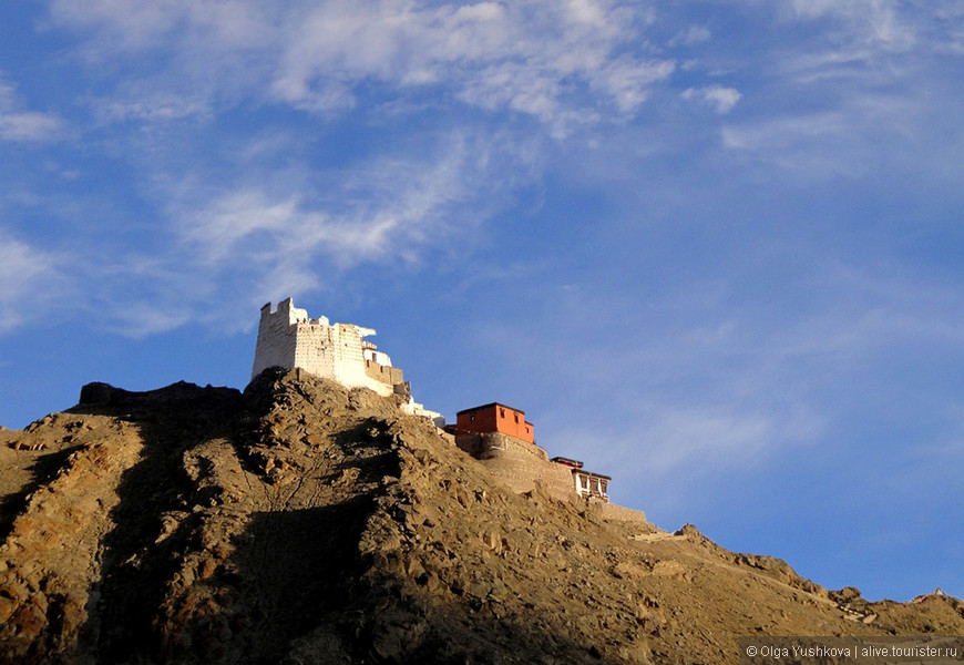 Вид на старую крепость-дворец и монастырь Намгьял Тсемо. Поскольку они находятся на вершине холма, то видны почти из любой точки Леха.