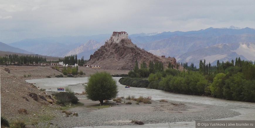 Вот такие сказочные виды открываются с берегов Инда... На холме - один из многочисленных буддистских монастырей...