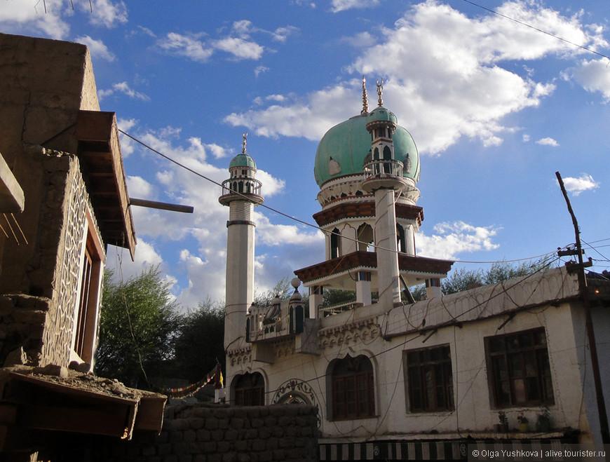 Помимо коренного населения (тибетцев), в Лехе много мусульман, поэтому построены мечети...