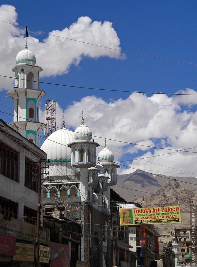Мечеть на одной из центральных улиц Леха...