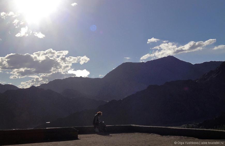 Девушка (из европейских туристов) на крыше дворца в Лехе....