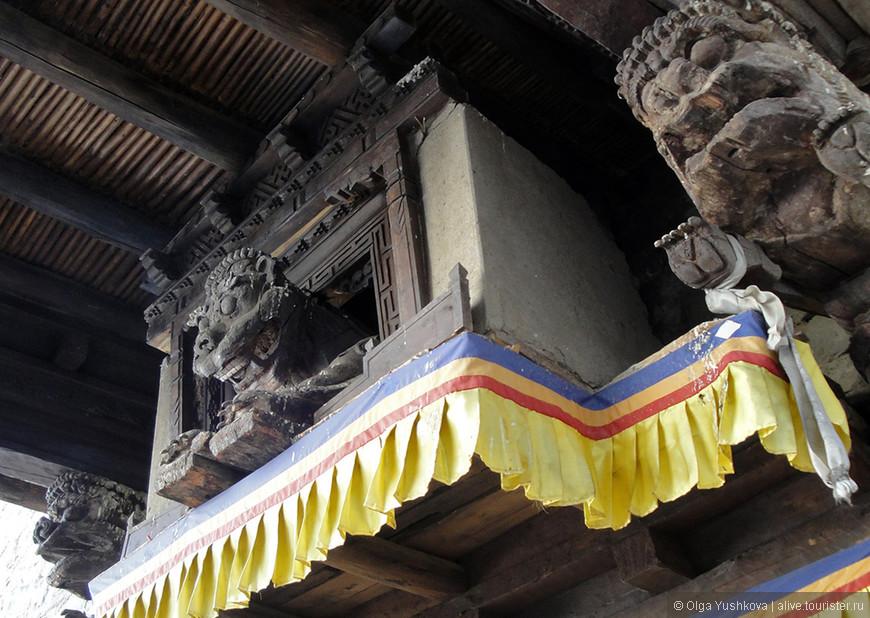 Эти персонажи вышли из древней религии тибетцев - бон - и перешли в буддизм в качестве его своеобразных защитников... Встречаются фактически во всех монастырях, в разных вариациях...
