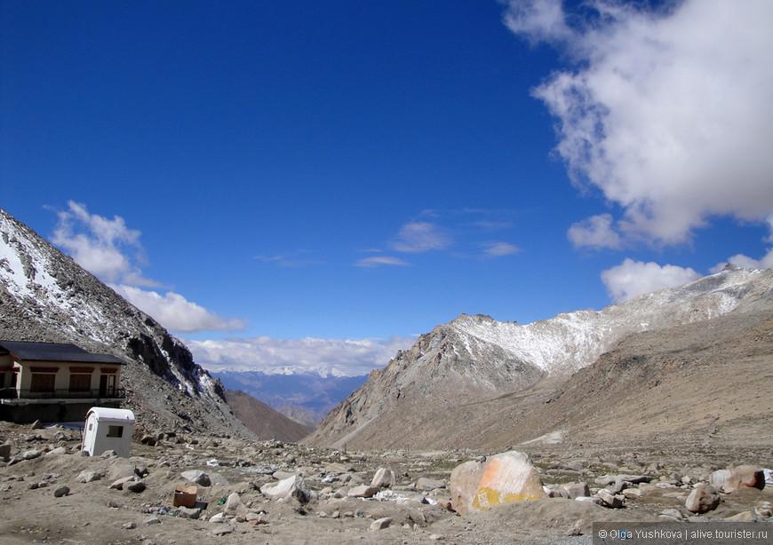 Вид, открывающийся с перевала ЧангЛа... И синее-синее небо...  Оно там просто невероятное..