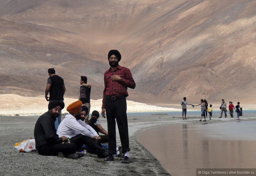 Сикхи на озере Пангонг ))) Видимо, приехали из Кашмира... Хотя... мы не спрашивали... )))