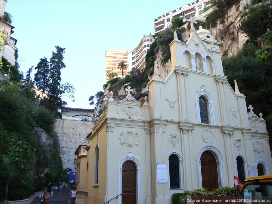 И перед входом в вокзал стоит церковь