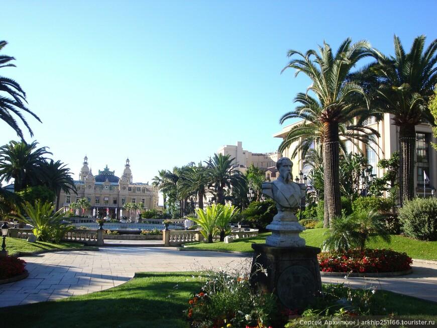 Напротив казино - прекрасный французкий сад