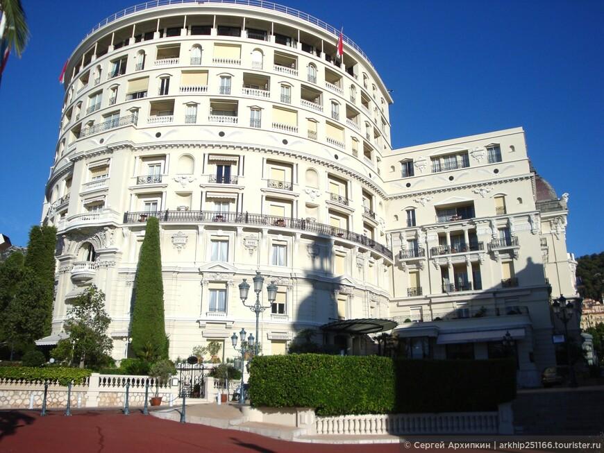 Гостиница справа от казино-  Отель Париж