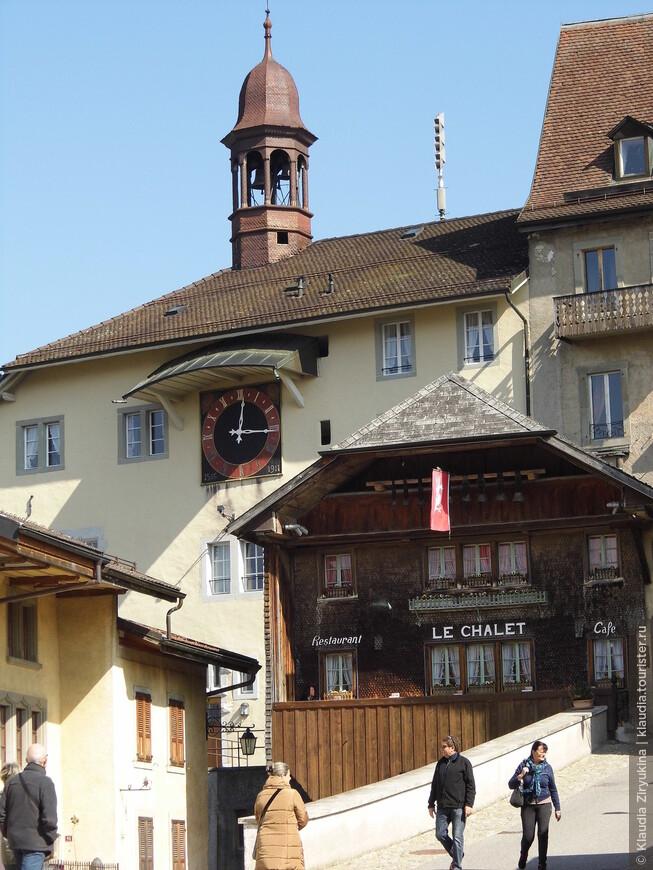 Перед входом в замок -- коротенькая улочка с ресторанами, кафе и сувенирными лавочками.
