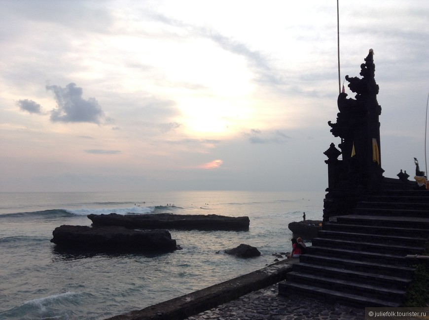 Рядом с пляжем храм, а в море всегда серферы, это же Бали :))