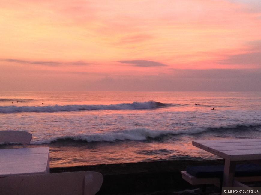 На набережной несколько кафе, мы любили ужинать там, смотреть на закат и на серферов.