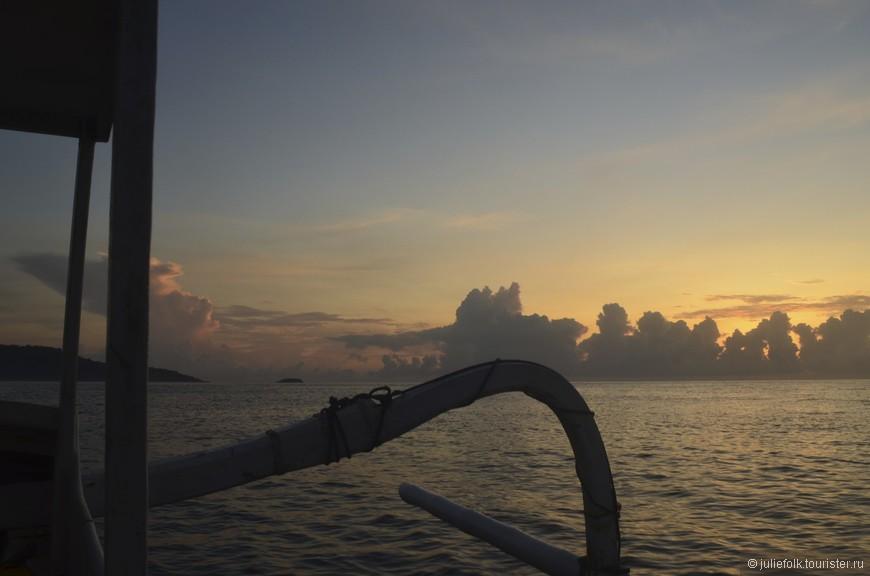 Мы видели много закатов и один рассвет, когда рано утром выходили в море на рыбалку. Рыбалка была не слишком удачной, зато рассвет - волшебным! А еще мы проплывали мимо стаи дельфинов!