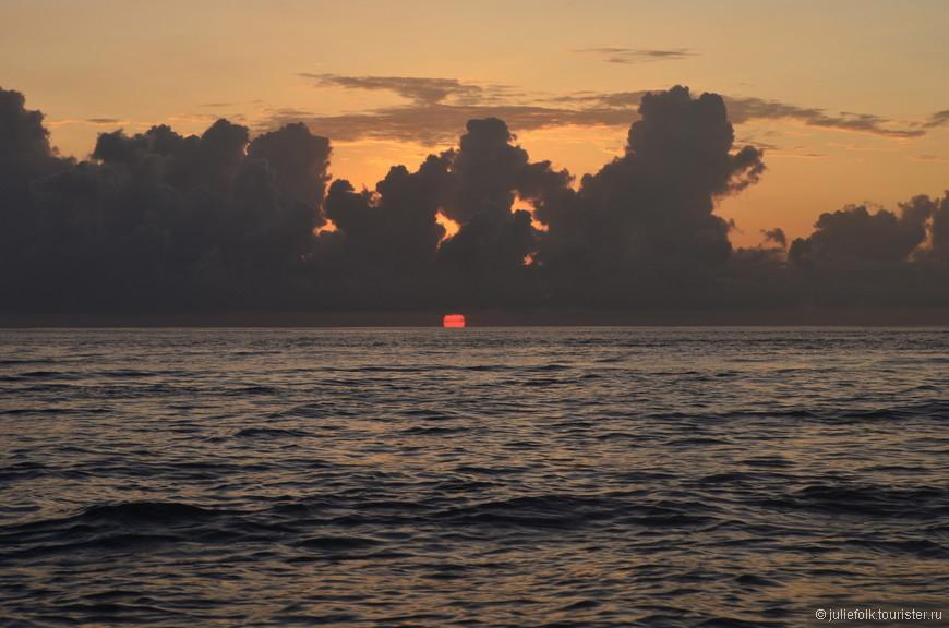 Солнце показалось из-за горизонта,  прямо на глазах поднялось из воды и спряталось за облаками...