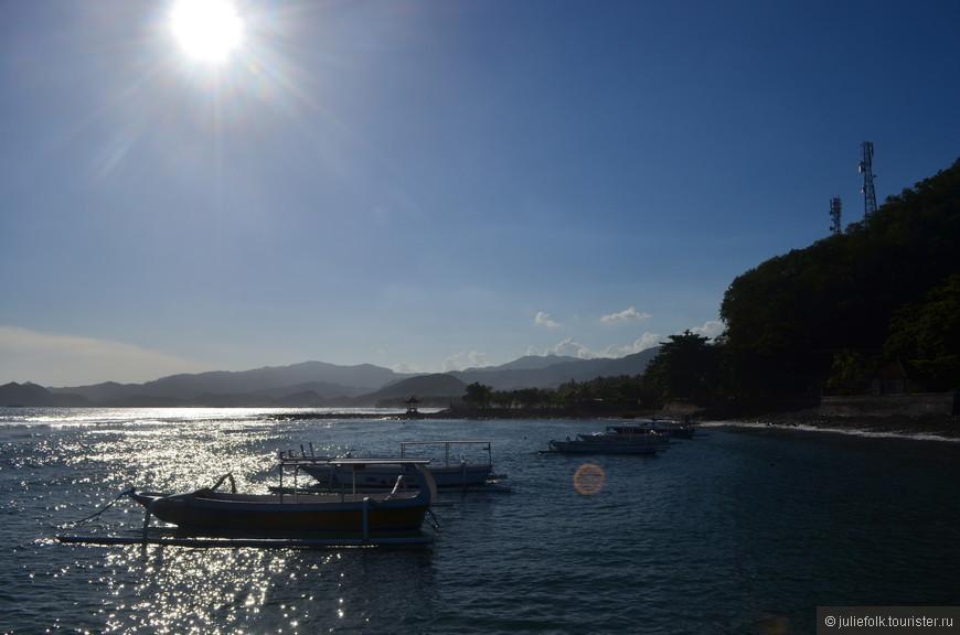Чандидаса. Солнце опускается к  горизонту и рыбацкие лодочки становятся особенно живописны.