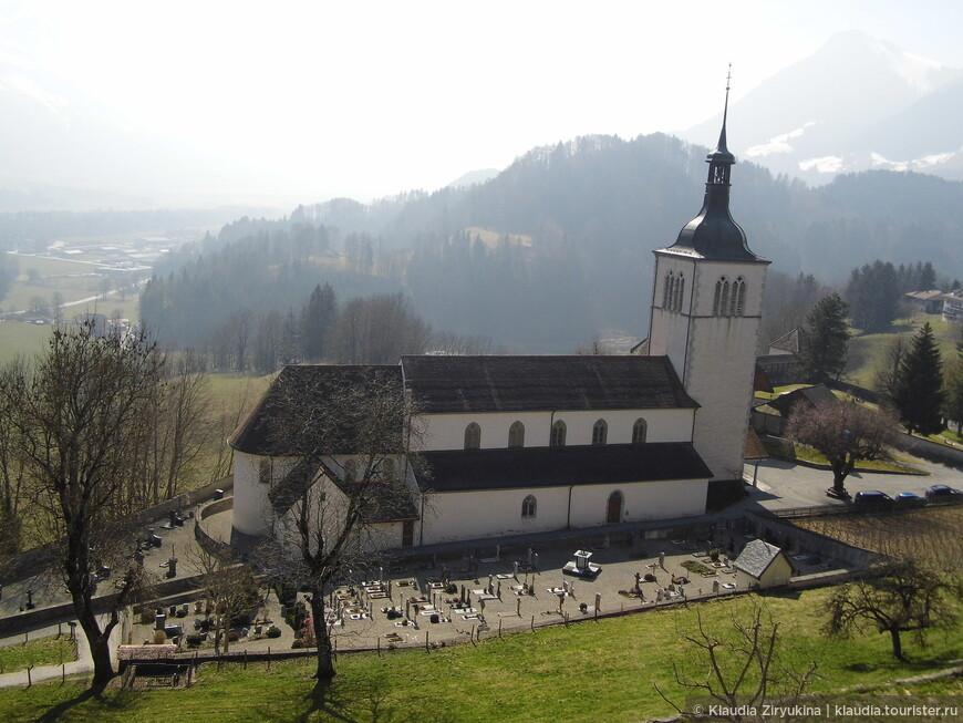 Чуть ниже - приходская церковь.