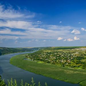 вид на пологий западный берег Днестра с монастыря