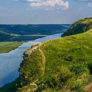 вдоль этого берега вырублен в известняковой породе скальный монастырь