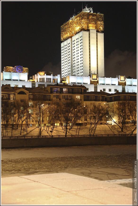 Здание РАН: Главный вопрос, возникающий при взгляде на Академию: а для чего эти кубы на крыше? Ответ? Ответ: ни для чего. Это не антенны и не метеорологическое оборудование, это просто дизайнерское решение. Неожиданно. Но очень узнаваемо. Такой большо-о-ой оранжевый абажур над площадью Гагарина и Москва-рекой.